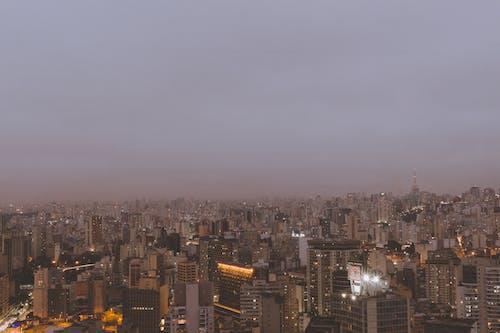 akşam karanlığı, binalar, büyük şehir, gökdelenler içeren Ücretsiz stok fotoğraf