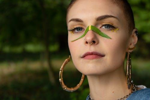 Darmowe zdjęcie z galerii z fotografia portretowa, kobieta, kolczyk w nosie, kolczyki