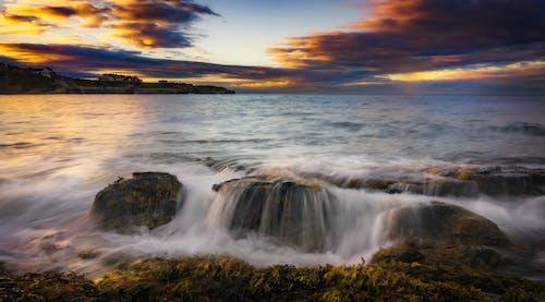 Foto profissional grátis de água, ao ar livre, beira-mar, cair da noite