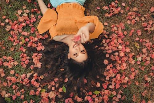 Ảnh lưu trữ miễn phí về cánh hoa, chụp ảnh, đàn bà, đặt