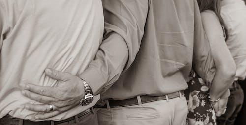 Fotos de stock gratuitas de abrazos, amor, blanco y negro, cariñoso
