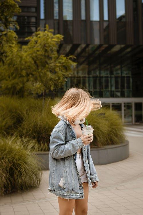 Foto profissional grátis de adorável, ao ar livre, bebendo, bonita