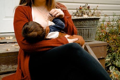 Foto Van Vrouw Die Haar Kind De Borstvoeding Geeft