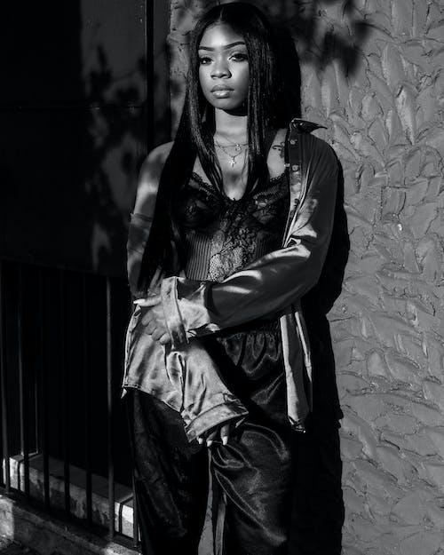 Darmowe zdjęcie z galerii z afroamerykanka, czarna kobieta, czarno-biały, kobieta