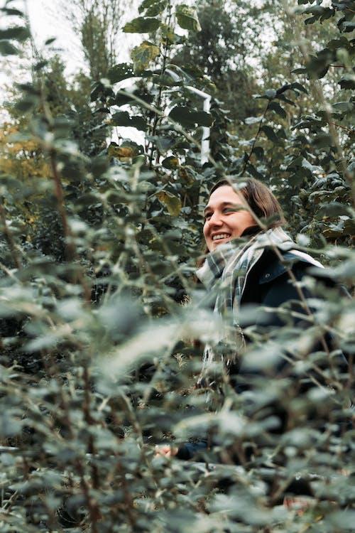 bayan, bitkiler, gülümsemek, güzel insan içeren Ücretsiz stok fotoğraf