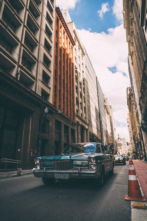 Ilmainen kuvapankkikuva tunnisteilla arkkitehtuuri, autot, katu, katukiveys