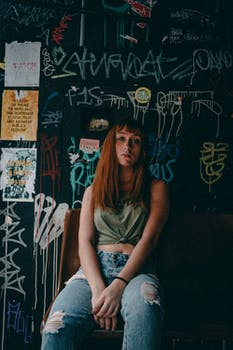Kostenloses Stock Foto zu frau, graffiti, schild, verschwimmen