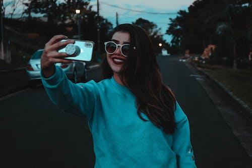 Fotobanka sbezplatnými fotkami na tému mobilné telefóny, šťastie, úsmevy