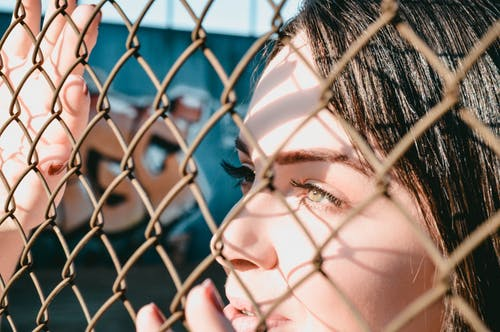 女人, 眼睛, 籬笆, 鍊鍊接圍欄 的 免費圖庫相片