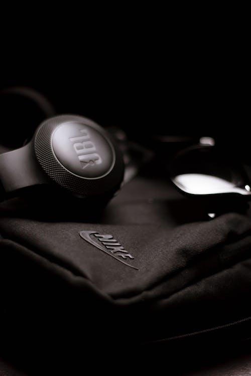 Δωρεάν στοκ φωτογραφιών με jbl, nike, ακουστικά, ασπρόμαυρο