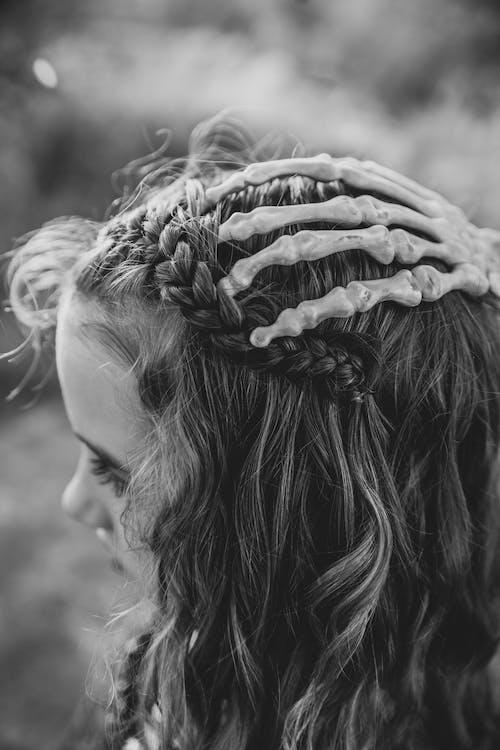 Fotos de stock gratuitas de blanco y negro, cabello, escalofriante, mujer