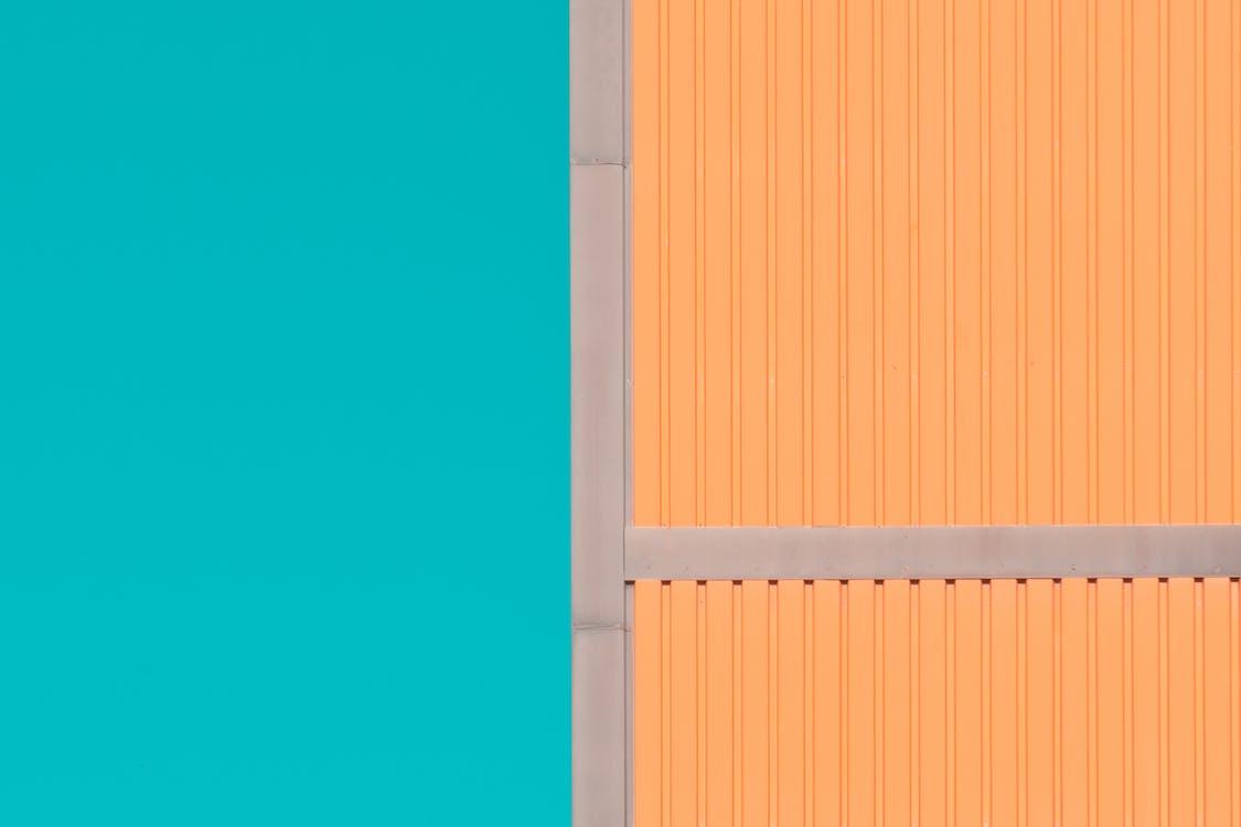 オレンジとグレーの建物