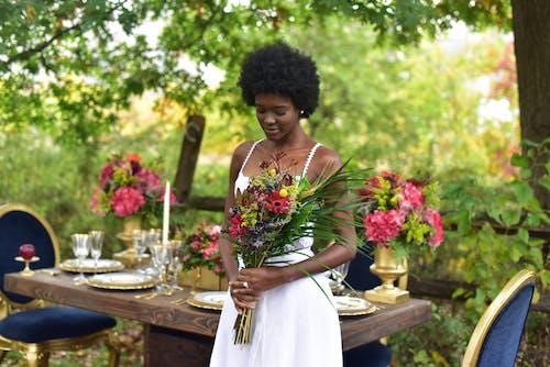 คลังภาพถ่ายฟรี ของ การจัดดอกไม้, ช่อดอกไม้, ดอกไม้, ผู้หญิง