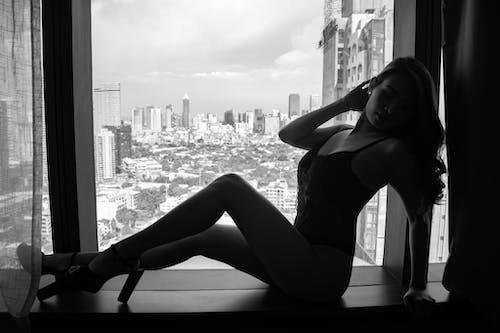 Photos gratuites de femme, fenêtre, modèle, monochrome