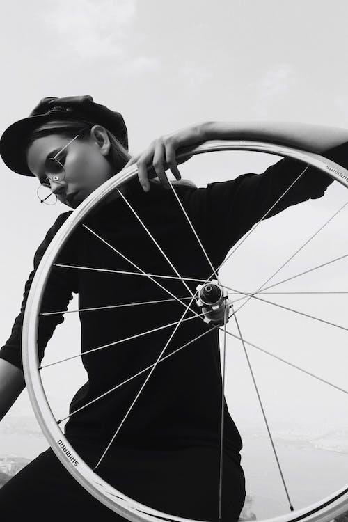 Darmowe zdjęcie z galerii z czarno-biały, kapelusz, kobieta, koło od roweru