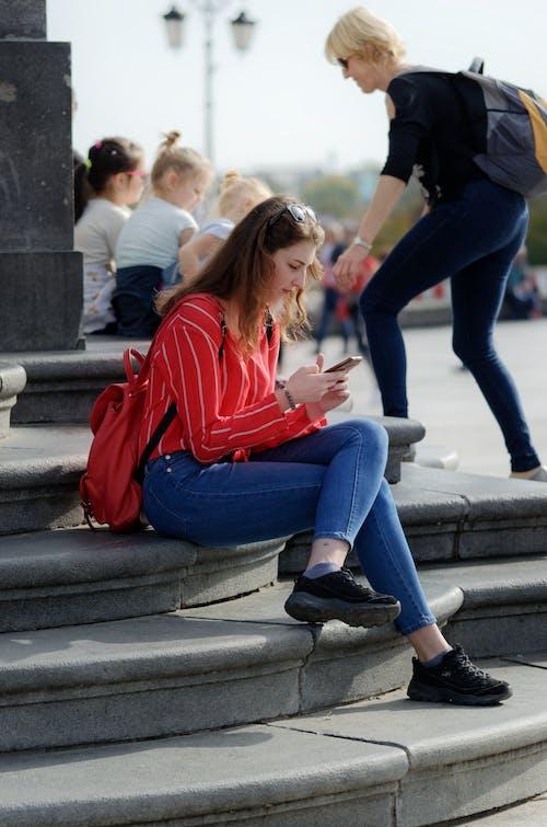 Foto profissional grátis de alforje, assistindo, calça jeans, cidade