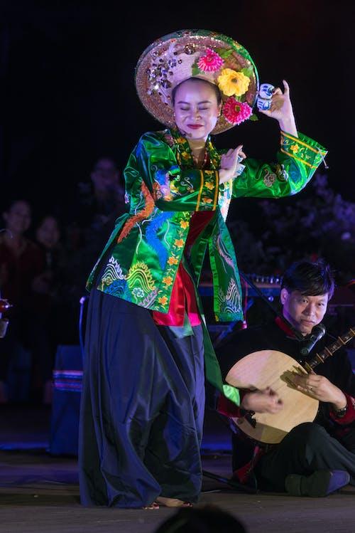 Photos gratuites de chapeau asiatique, danse du feu, danser, femme asiatique