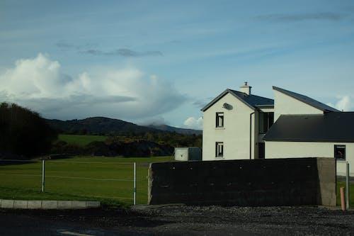 Foto profissional grátis de arquitetura, campina, casa, céu azul