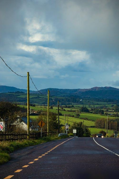 Foto profissional grátis de céu limpo, ecológico, estrada, grama