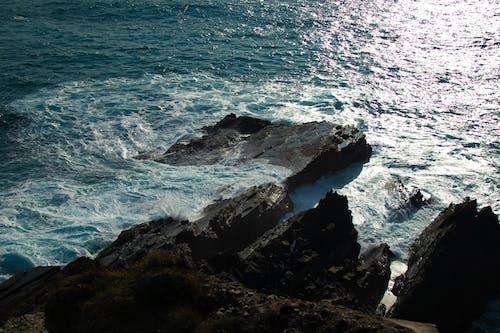 Foto profissional grátis de água branca, água limpa, beira do penhasco, costa do penhasco