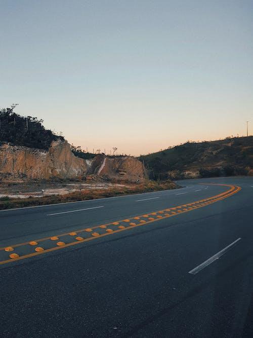 Základová fotografie zdarma na téma asfalt, dálnice, jízdní pruh, křivka