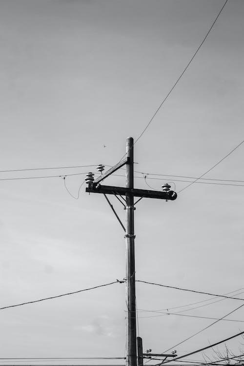 Δωρεάν στοκ φωτογραφιών με ασπρόμαυρο, γραμμές ηλεκτρικού ρεύματος, ηλεκτρική ενέργεια, ηλεκτρικό πόλο