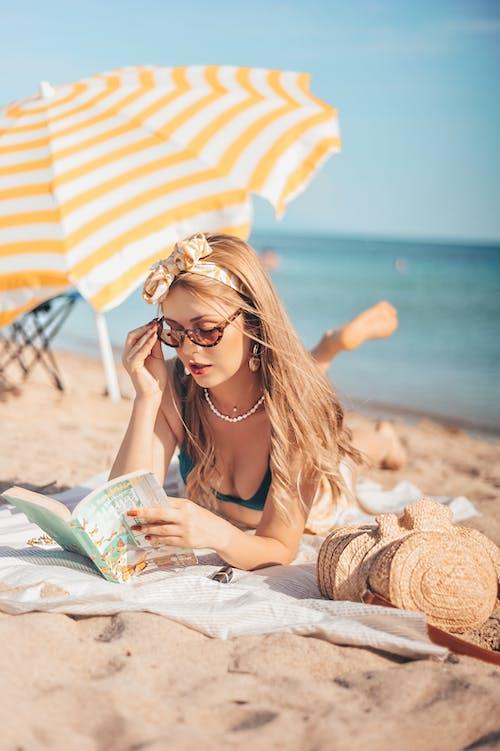 Foto d'estoc gratuïta de dona, lectura, llibre, oceà