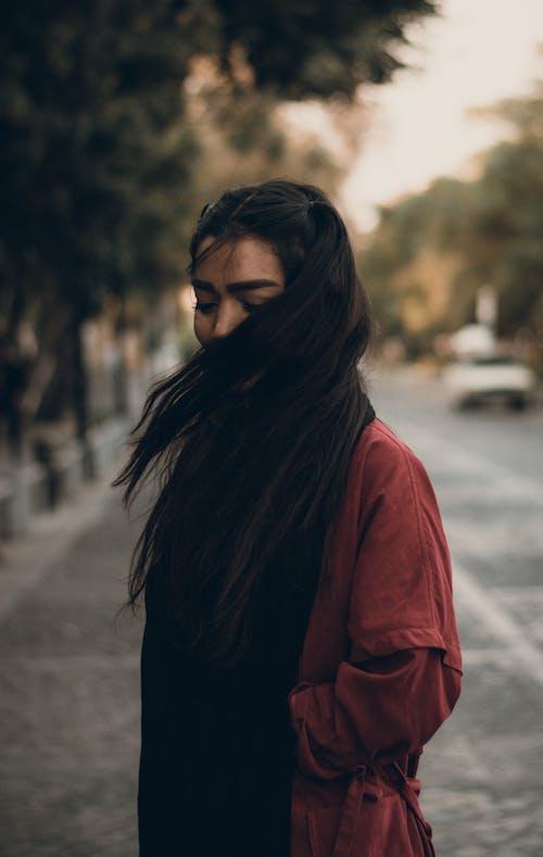 Foto d'estoc gratuïta de cabells al vent, cabells foscos, cabells llargs, dempeus