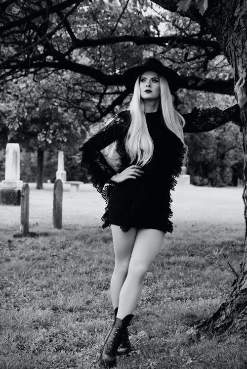 Immagine gratuita di albero, bianco e nero, cappello, cimitero
