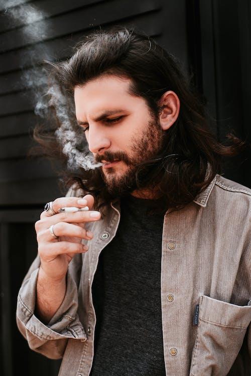 adam, duman, duman çıkarmak, güzel görünümlü içeren Ücretsiz stok fotoğraf