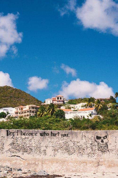 Lage Hoek Opname Van Een Betonnen Muur Met Graffiti Dicht Bij Gebouwen In De Heuvels