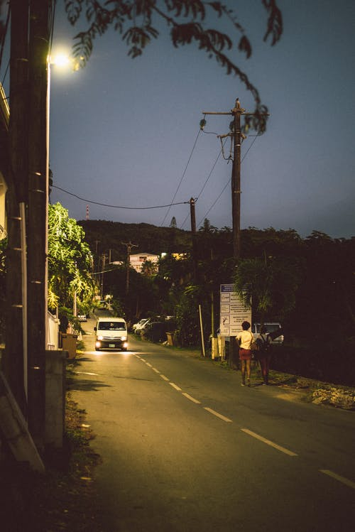 Δωρεάν στοκ φωτογραφιών με Άνθρωποι, δέντρο, δρόμος, ελαφρύς
