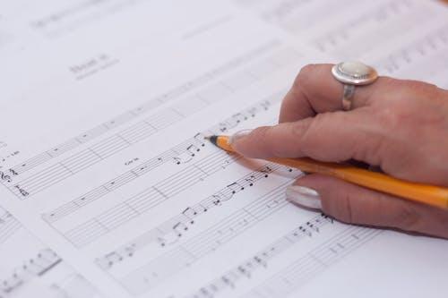 Darmowe zdjęcie z galerii z komponować, muzyk, muzyka, ręka