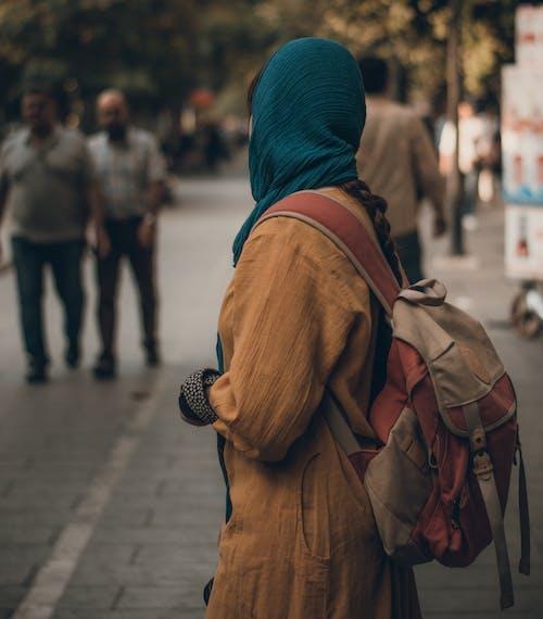 Foto stok gratis berjalan, di luar rumah, fashion, jalan