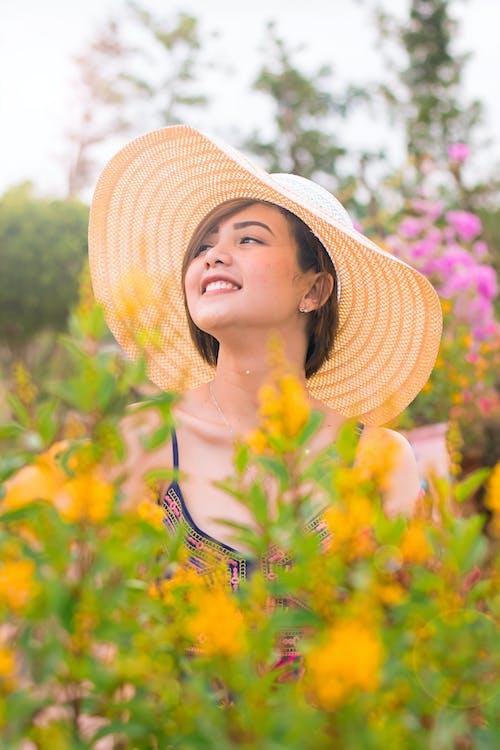 Foto d'estoc gratuïta de a l'aire lliure, asiàtica, atractiu, barret