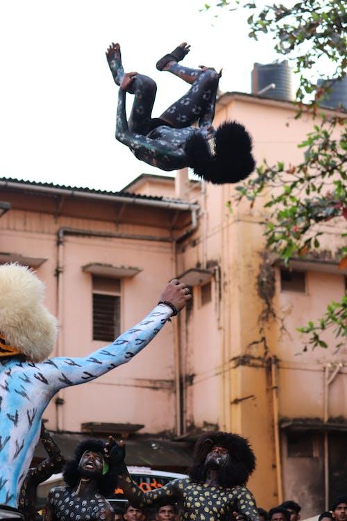 Orang Dengan Cat Wajah Melakukan Stunt