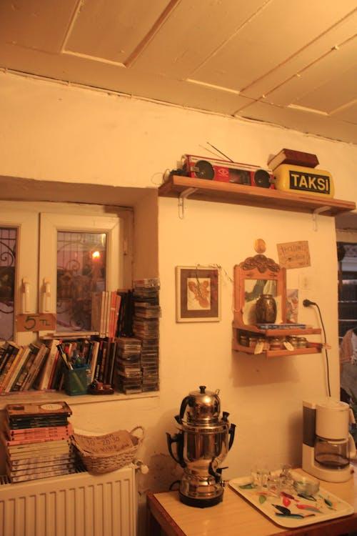 Darmowe zdjęcie z galerii z deszczowy dzień, herbata, kolor pomarańczowy, książki