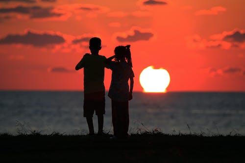 Безкоштовне стокове фото на тему «діти, Захід сонця, золотий, краєвид»