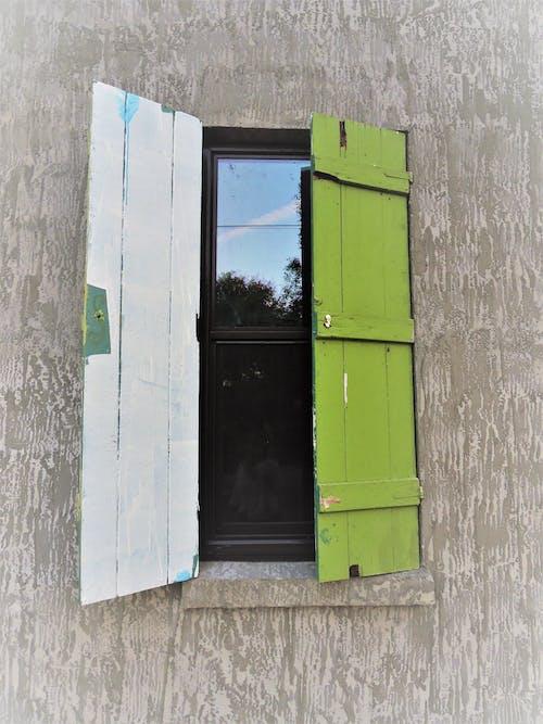 Ilmainen kuvapankkikuva tunnisteilla arkkitehtuuri, juomalasi, kaihtimet, kirkon ikkuna