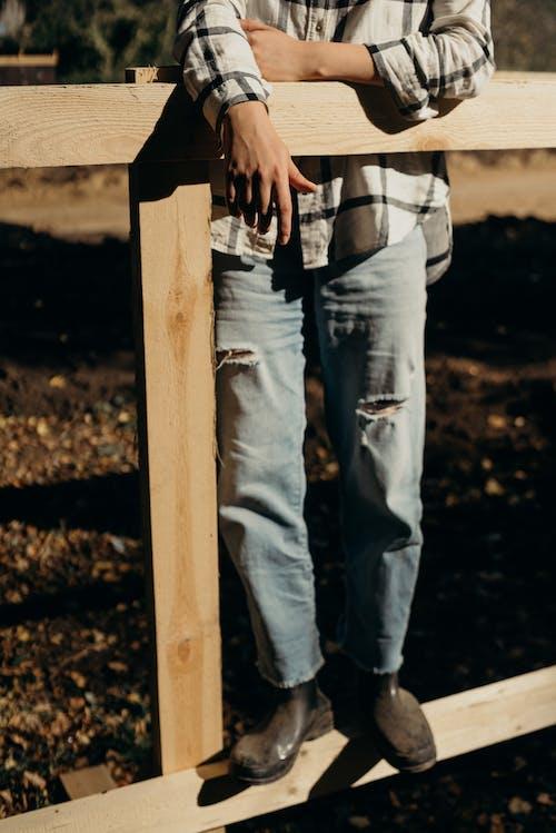 Безкоштовне стокове фото на тему «людина, носити, паркан, персона»