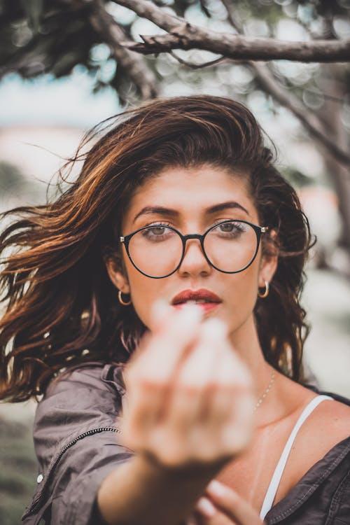 Безкоштовне стокове фото на тему «брюнетка, вираз обличчя, глибина різкості, жінка»