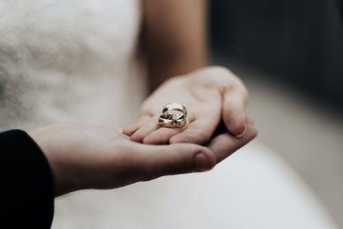 Gratis stockfoto met bruiloft, handen, juwelen, ringen