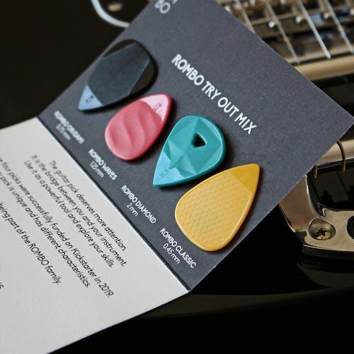 기타 기어, 기타 액세서리, 어쿠스틱 기타, 제품 사진의 무료 스톡 사진