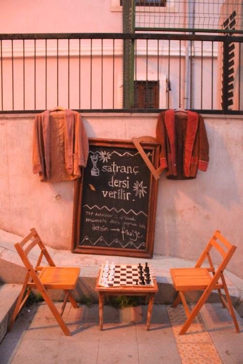 Darmowe zdjęcie z galerii z aleja schodowa, drewniane krzesła, drewno, krzesła