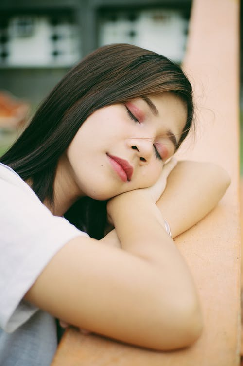 Fotobanka sbezplatnými fotkami na tému bruneta, nakláňať sa, oči zatvorené, relaxovanie