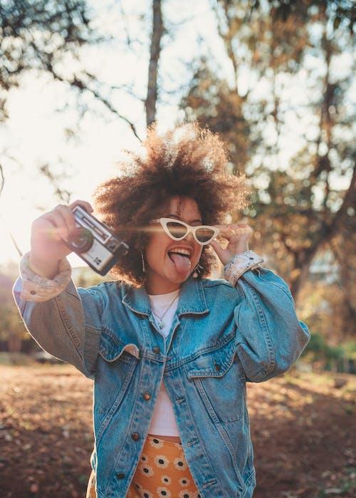 休閒, 伸出舌头, 墨鏡, 戶外 的 免费素材照片