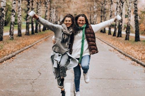 Бесплатное стоковое фото с веселье, дружба, женщины, идти