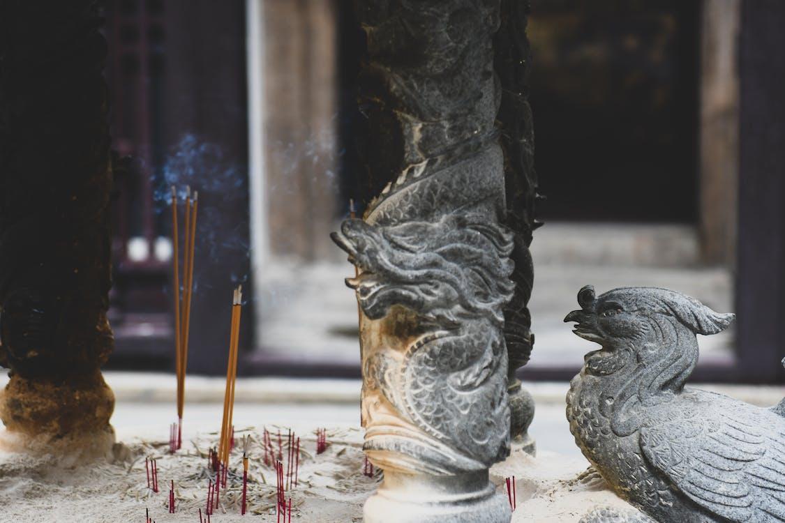 buddhista templom, füstölők, imádkozás