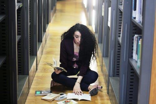 Δωρεάν στοκ φωτογραφιών με γυναίκα διαβάζοντας ένα βιβλίο, γυναίκα κουρασμένος από την ανάγνωση ενός βιβλίου, έκπληκτος, κορίτσι διαβάζοντας ένα βιβλίο