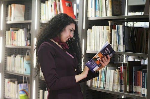 Безкоштовне стокове фото на тему «Дівчина, дівчина, читаючи книгу, дорослий, дорослий читає книгу»
